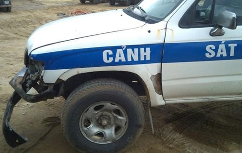 Sau khi bị xe tải 37C-135.89 đâm trúng, xe công vụ biển số 38A – 5678 của lực lượng cảnh sát giao thông Hà Tĩnh bị hư hỏng nặng