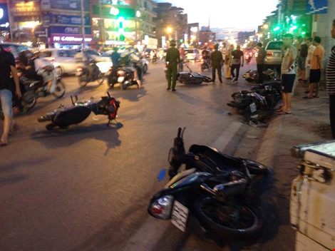 chiếc ô tô 7 chỗ hiệu Toyota Fortuner mang BKS 30P - 2153 đâm liên hoàn vào 9 xe máy lên đến 10 người bị thương nhập viện cấp cứu.