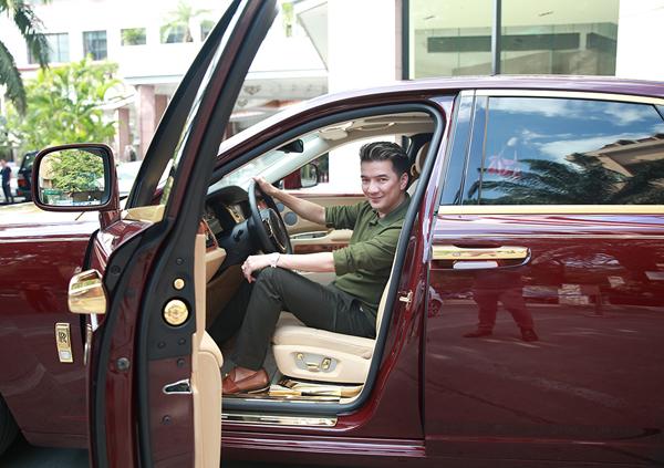 Vì muốn đưa xe Rolls-Royce có chiều dài 5m4 lên sân khấu, Mr. Đàm đã quyết định đổi địa điểm diễn ra liveshow tại TP.Hồ Chí Minh, từ GEM Center sang Trung tâm Hội chợ và Triển lãm Sài Gòn - SECC để dễ dàng di chuyển và đúng với ý đồ dàn dựng chương trình.