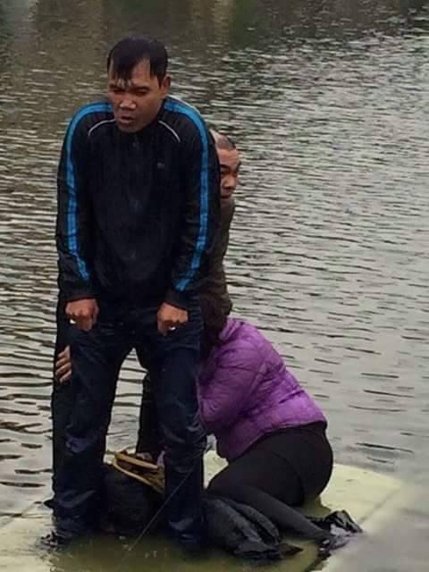Lùi xe xuống hồ nước