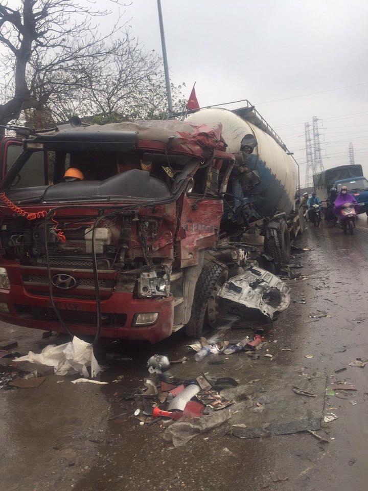 Chiếc xe chở bê-tông nát bét, lái xe bị thương nặng