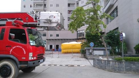 Xe cứu thang và đệm hơi cũng được huy động đến hiện trường