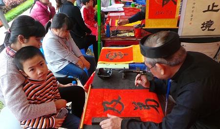 Các ông đồ cùng ngồi đón khách đến xin chữ lấy lộc đầu năm. Họ đều là các chuyên gia giàu kinh nghiệm trong lĩnh vực Hán Nôm, đến từ các câu lạc bộ, các viện nghiên cứu Hán Nôm. Ảnh: Dân trí