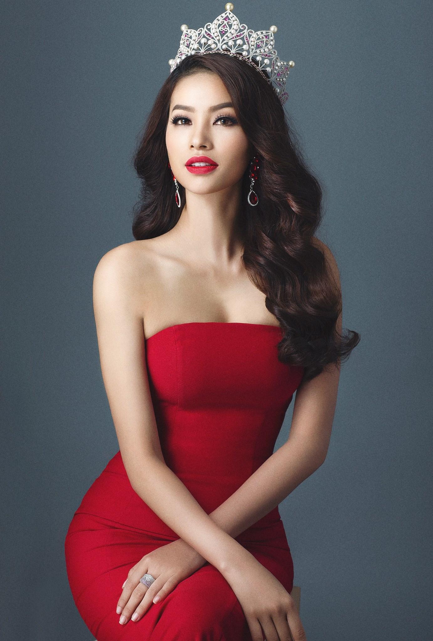 Theo tạp chí The Richest, Hoa hậu Hoàn vũ Việt Nam 2015 – Phạm Hương đứng ở vị trí thứ 4 trong danh sách 50 người đẹp nhất thế giới.