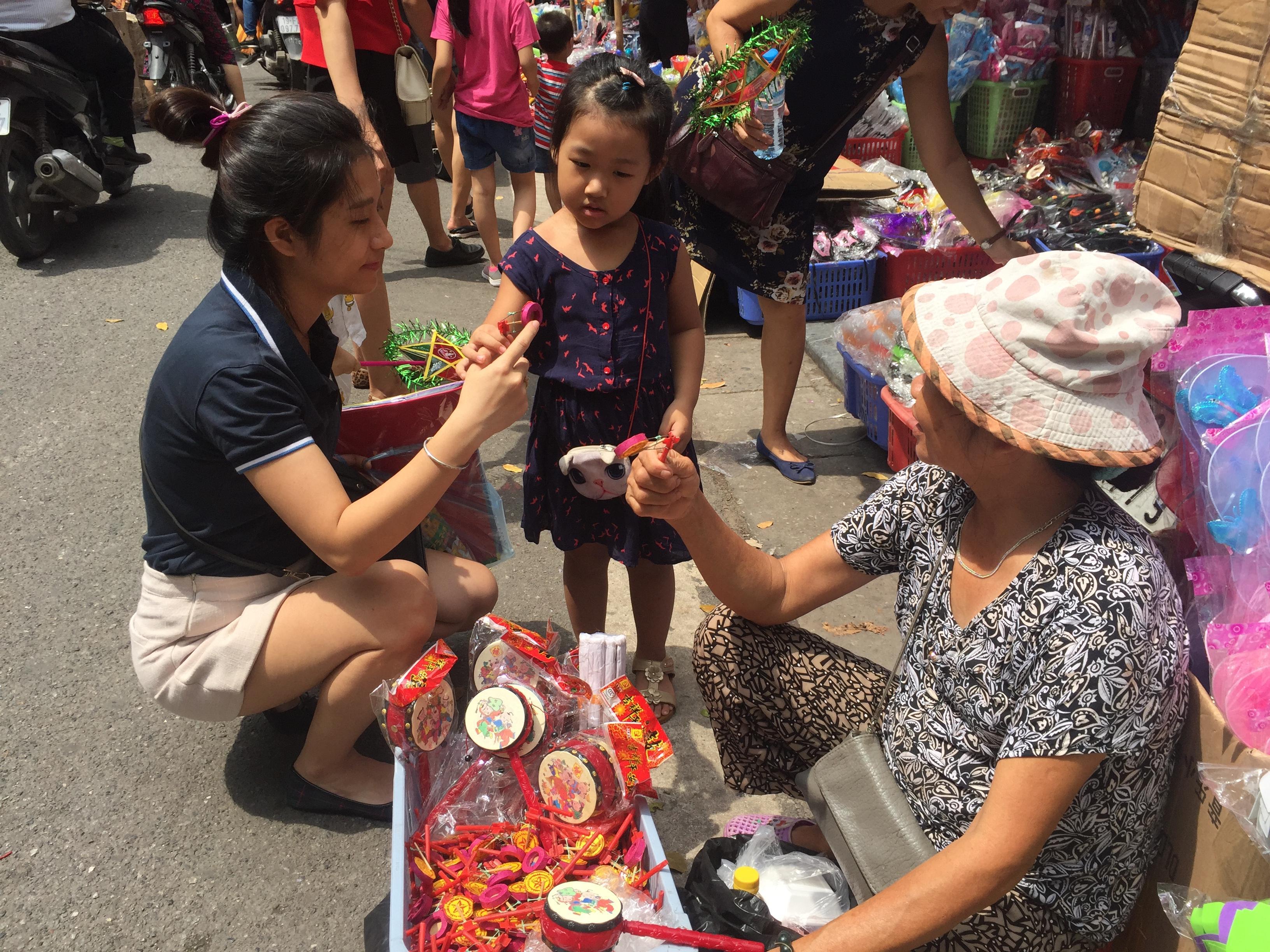 Tết Trung thu: Tiểu thương phố Hàng Mã kiếm bội tiền nhờ bán đồ chơi