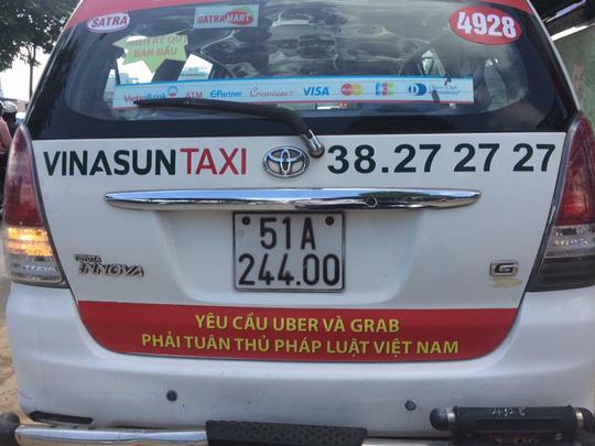 Sẽ báo cáo lên Chính phủ việc taxi truyền thống dán khẩu hiệu phản đối Uber, Grab
