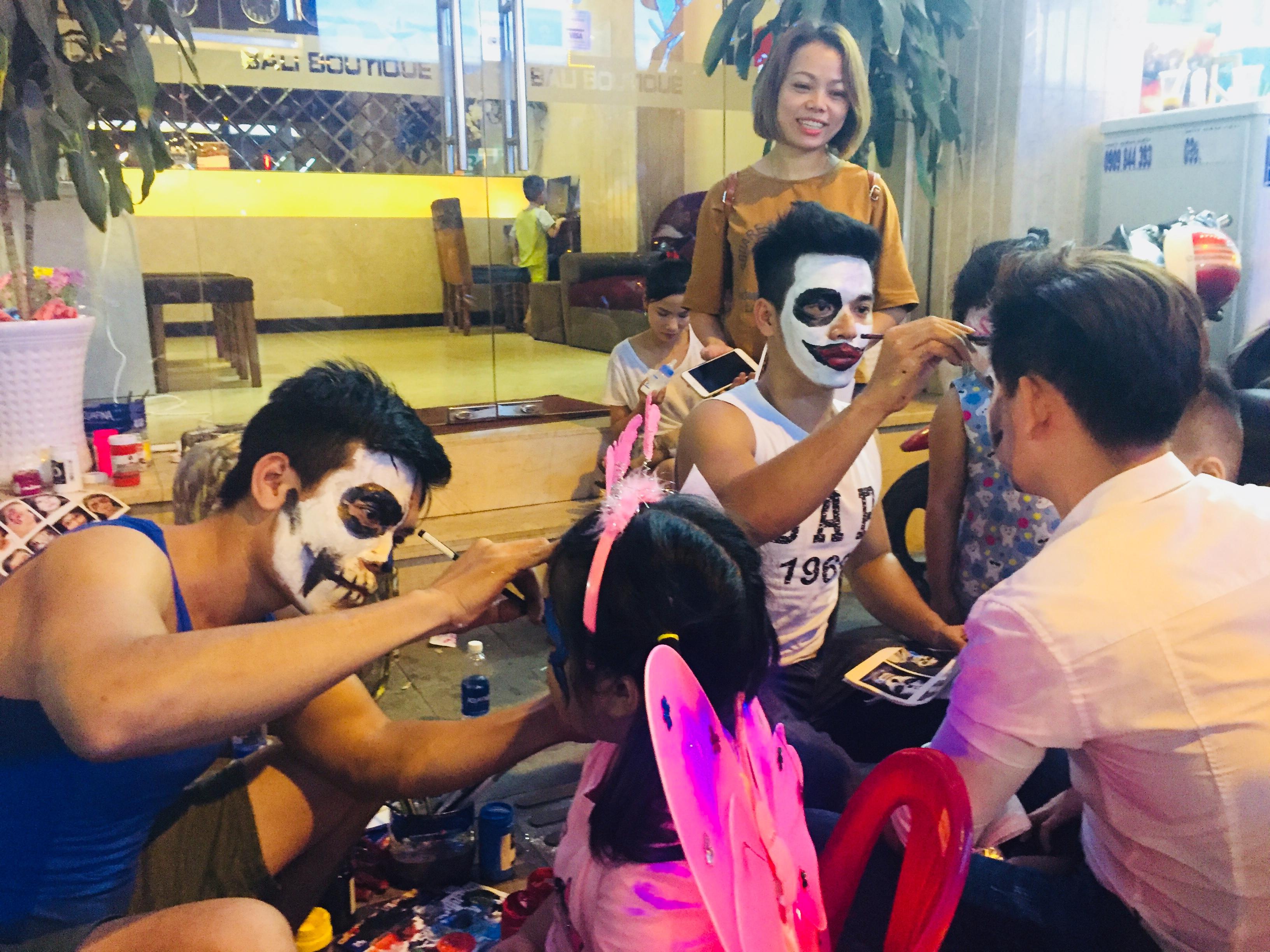 """Lễ hội Halloween: Giới trẻ Sài thành tranh thủ kiếm bội tiền tại phố 'Tây"""" – Bùi Viện"""