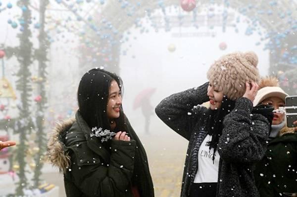 Bất ngờ, Fansipan Lào Cai xuất hiện mưa tuyết