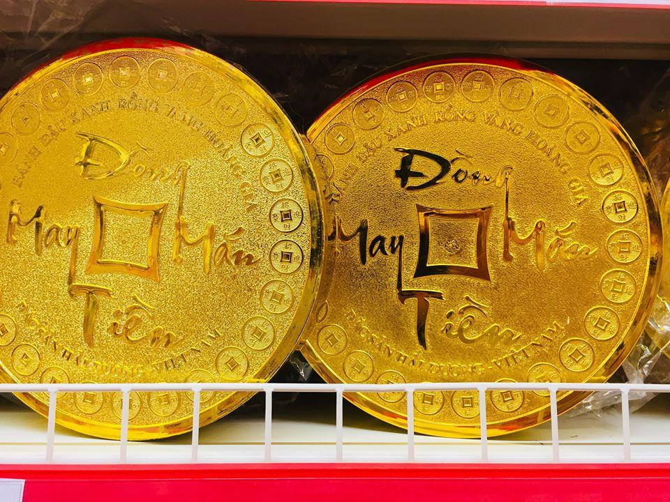 """Những năm trước, người dùng Việt vẫn thường có tư tưởng """"sính ngoại"""" khi chọn mua quà biếu Tết cho bạn bè, người thân là những hộp bánh kẹo nhập khẩu đắt tiền. Nguyên nhân của việc """"sính ngoại"""" trên được nhiều người dùng cho là do các sản phẩm bánh kẹo ngoại thường được thiết kế bao bì đẹp mắt và cứ nói đến hàng nhập khẩu thì việc đi biếu cũng có phần sang trọng hơn. Vậy nên, những dịp lễ, tết bánh kẹo Việt thường bị """"lép"""" vế mặc dù chất lượng sản phẩm và giá thành đều phù hợp với đầy đủ thị phần từ bình dân đến cao cấp.   Tuy nhiên, khoảng hai năm trở lại đây, do nắm bắt được tâm lý người dùng, nhiều công ty sản xuất bánh kẹo Việt như Tràng An, Hải Hà, Hữu Nghị, Kinh Đô … đã cho ra đời những dòng sản phẩm cao cấp với mẫu mã không kém cạnh gì hàng nhập ngoại cùng với đó là giá thành cạnh tranh và chất lượng thì không hề thua kém. Vậy nên, chừng hai năm nay, cứ mỗi độ Tết đến, Xuân về các trung tâm thương mại, siêu thị hay các cửa hàng tiện ích đều ưu tiền nhập hàng Việt bày bán.   Theo ông Nguyễn Thanh Hưng, đại diện siêu thị Fivimart cho biết, chừng hai năm trở lại đây, tại Fivimart luôn ưu tiên nhập các sản phẩm bánh kẹo của Việt Nam bày bán và giới thiệu đến người tiêu dùng. Điều này vừa thể hiện tinh thần """"Người Việt Nam ưu tiên dùng hàng Việt Nam"""" vừa là để tiết kiệm được chi phí vận chuyển. Nếu những năm trước, nhập khẩu bánh kẹo ngoại sẽ mất một khoản chi phí vận chuyển rất lớn thì chừng hai năm nay, hầu hết thay vì các sản phẩm nhập ngoại thì bánh kẹ được bày bán tại Fivimart đều là hàng sản xuất trong nước đã giúp giảm đáng kể các chi phí như vận chuyển, thuế.. và từ đây, những khoản tiền tiết kiệm được từ chi phí nhập khẩu siêu thị đã sử dụng cho việc mua thêm những phần quà tặng khuyến mãi cho khách hàng để kích cầu.  """"Những dịp lễ, tết nhu cầu bánh kẹo của người tiêu dùng là rất lớn. Theo khảo sát của chúng tôi, năm 2017, các sản phẩm bánh kẹo trong nước đã chiếm được cảm tình của người dùng. Mẫu mã đẹp, giá thành rẻ, chất lượng không hề thua kém các sản"""