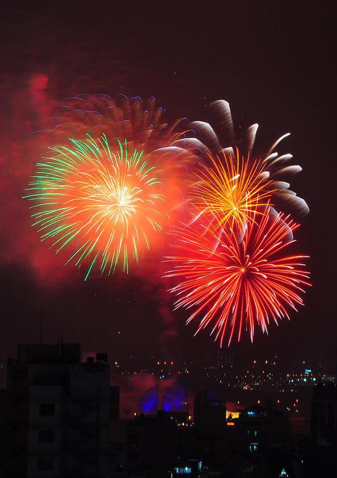 Pháo hoa sáng rực trên bầu trời cả 3 miền chào đón năm mới Mậu Tuất 2018