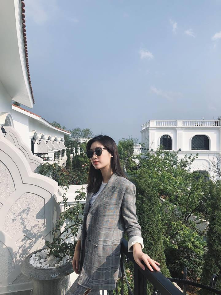 Thời trang sao Việt tuần qua: Phạm Hương quyến rũ với đầm trắng cổ sâu hun hút