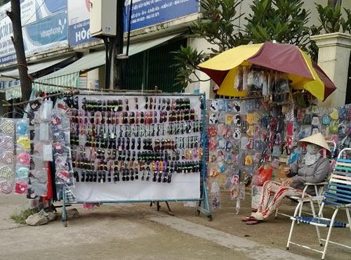 'Tràn lan' kính mắt giá rẻ không nhãn mác trên vỉa hè Hà Nội