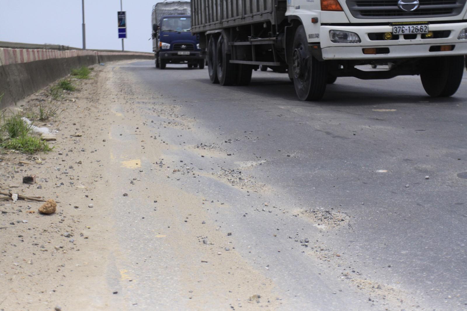 Cận cảnh mặt cầu Thăng Long bị hằn lún, rạn nứt nghiêm trọng