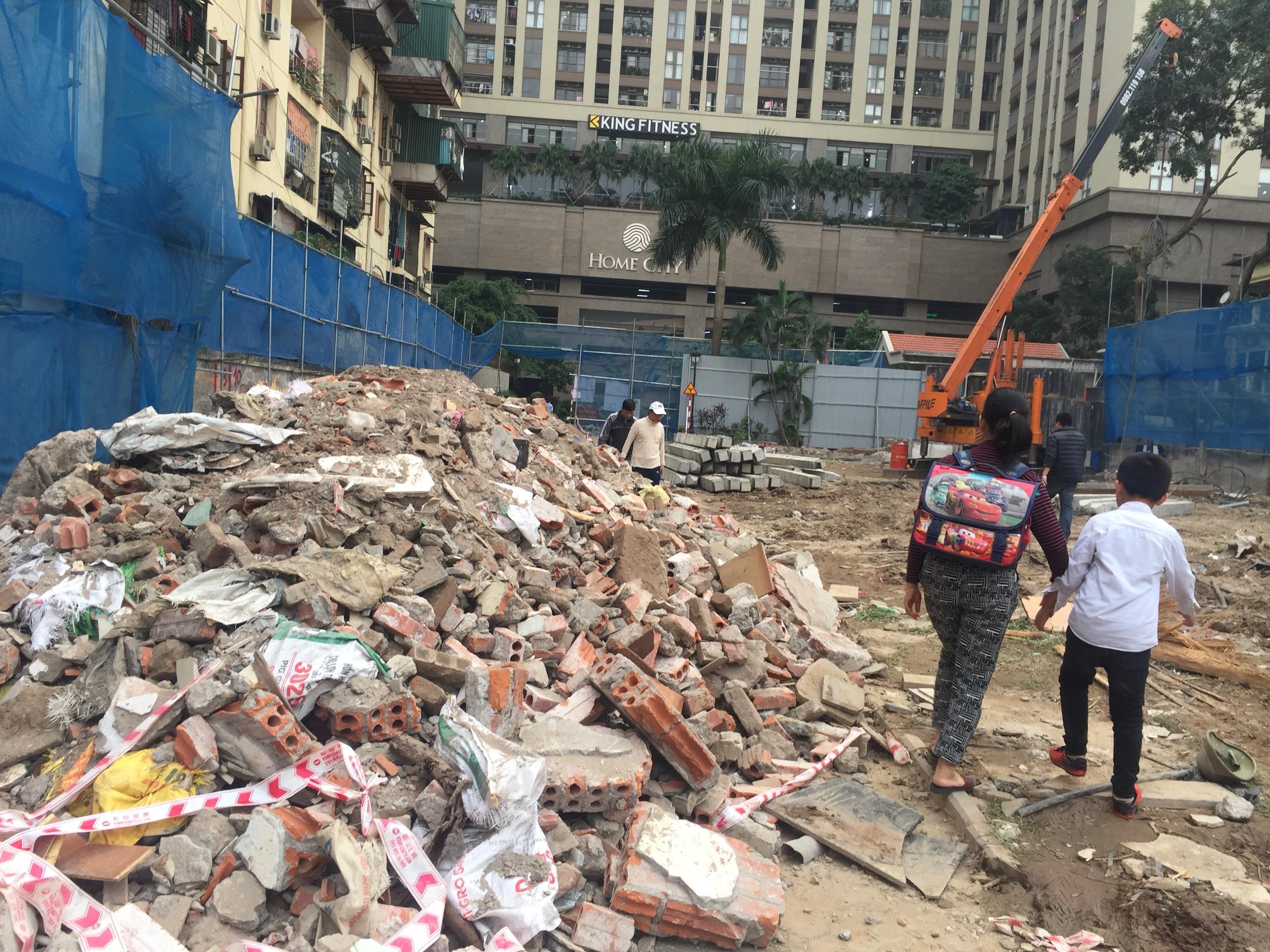 Vụ cư dân Home City 177 Trung Kính bất ngờ bị bịt lối đi: Không ai đổ trộm phế liệu?