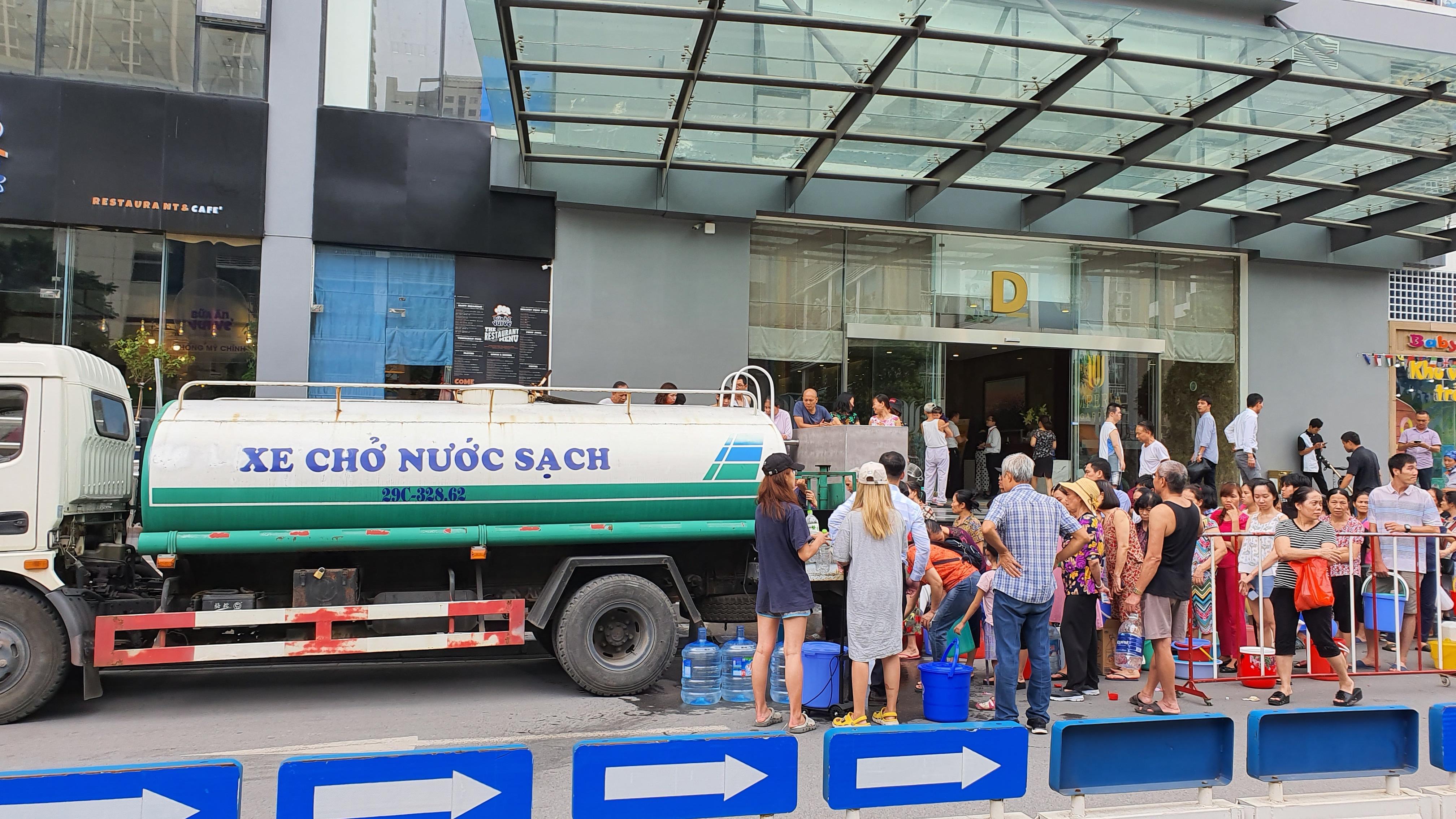 Cảnh người dân Hà Nội xếp hàng nhận nước sạch 'như thời bao cấp'