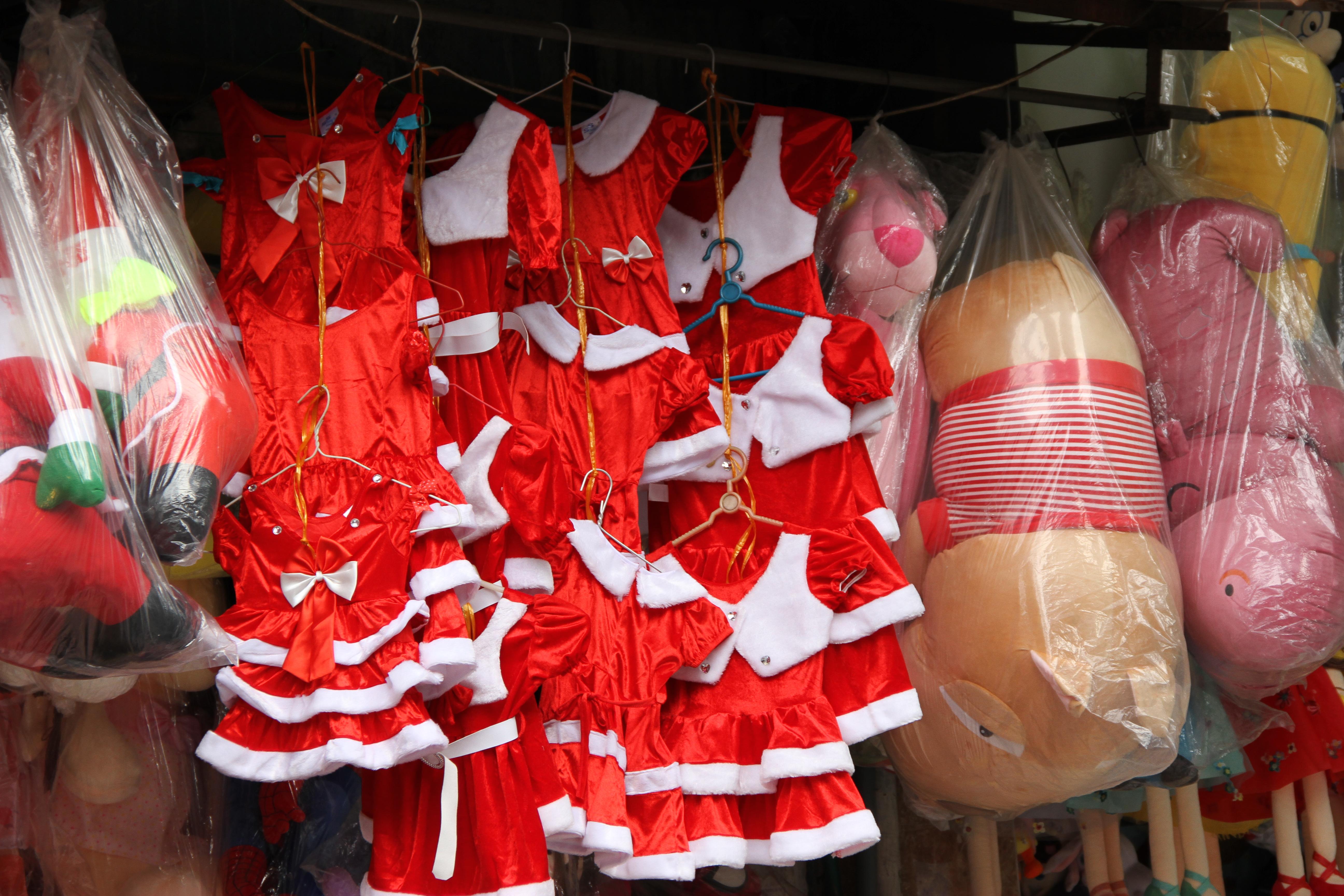 Thị trường Giáng sinh bắt đầu nhộn nhịp tại phố cổ Hà Nội