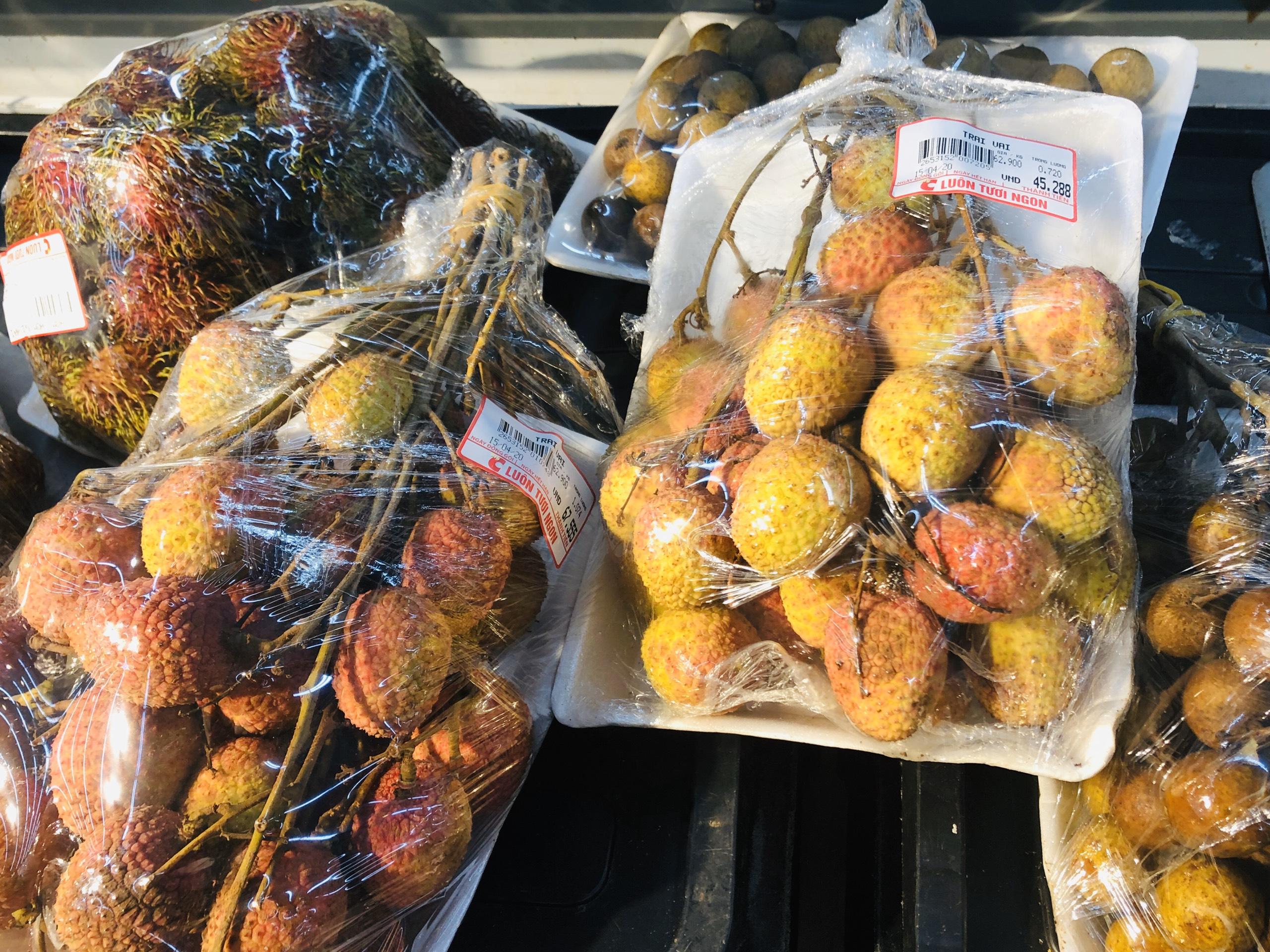 Vải đầu mùa: Siêu thị bán 60.000 đồng/kg, chợ dân sinh bán 30.000 đồng/kg
