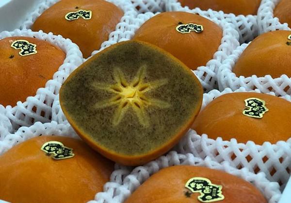 Hơn 300.000 đồng một trái hồng socola Nhật Bản