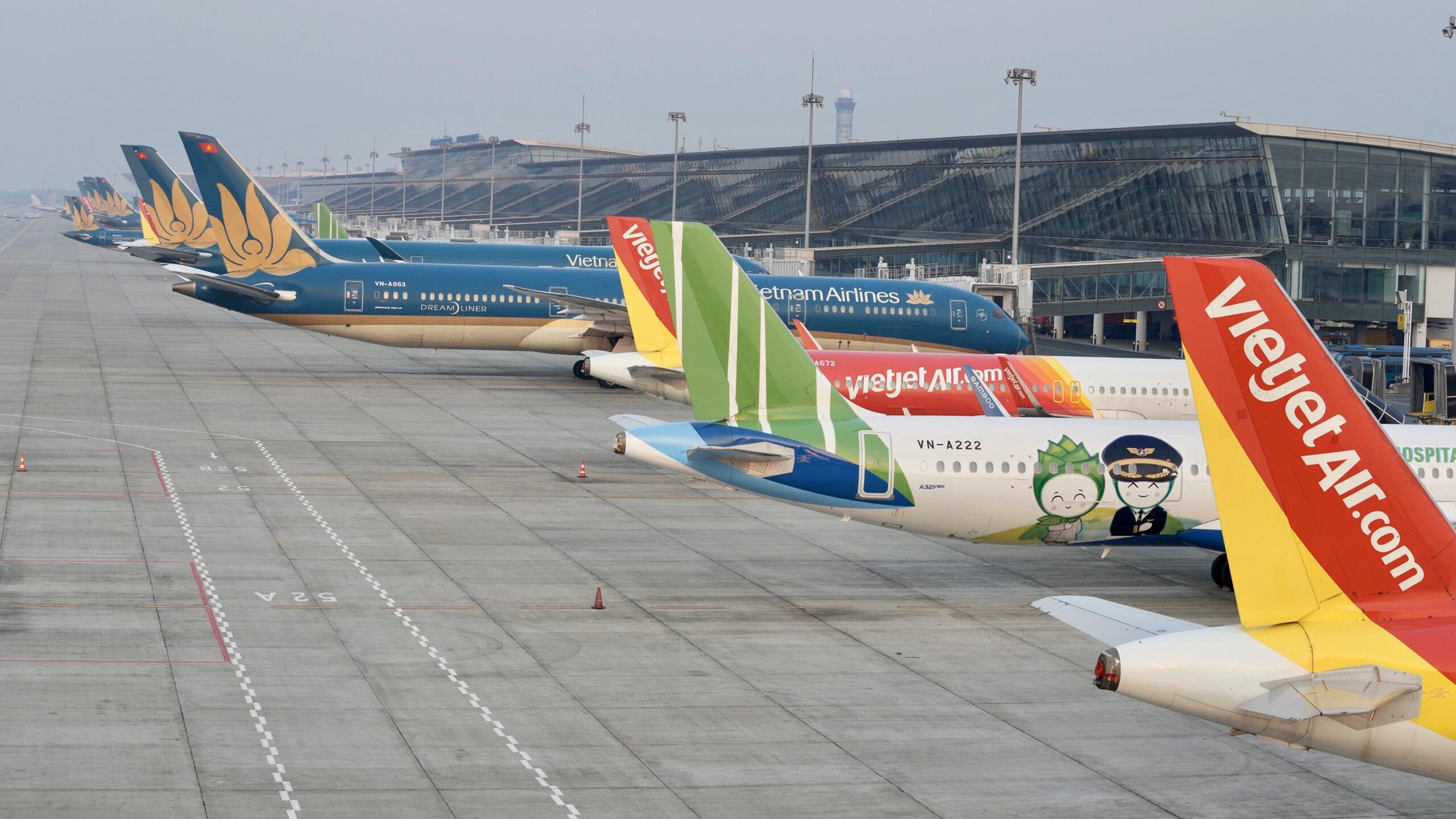 Áp giá sàn vé máy bay: Các hãng hàng không ý kiến trái chiều