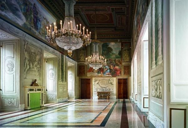 Những bức tường được trang trí bằng các bức họa nổi tiếng