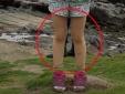 Rợn người vì 'đôi chân ma' trong bức ảnh bé gái trên bãi biển