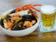Sai lầm khi uống bia với hải sản