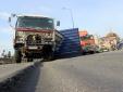 Thùng hàng xe container văng ra ngoài vì đường lún