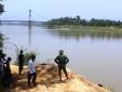 Thương tâm hai anh em vùi mình trong hố cát trên Sông Lam