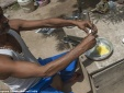Người dân Ấn Độ nấu ăn bằng nắng nóng gần 50 độ C