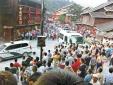 Cảnh sát Trung Quốc hứng 'mưa' gạch đá từ người dân