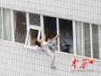 Ôm con nhảy lầu từ tầng 21 vì phát hiện bị vợ 'cắm sừng' bao năm