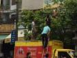 Thanh Hóa: Thanh niên cởi trần đánh đu 'làm xiếc' trên đường dây điện