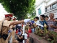 Cảm động CSGT Hà Nội biếu nước người dân xem diễu binh, diễu hành
