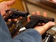 Mỹ: Mất mạng oan vì mải chụp ảnh 'tự sướng' với súng