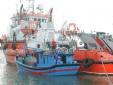 Tàu cảnh sát biển cứu hộ tàu cá trôi dạt trên vùng biển Hoàng Sa