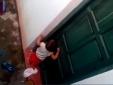 Thực hư clip bé 2 tuổi phải nhặt rác ăn vì bị cô giáo nhốt ngoài cửa