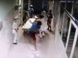 Bệnh nhân bất ngờ vùng dậy khỏi giường cáng hành hung bác sĩ cấp cứu