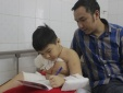 Rơi nước mắt nhìn cậu bé bị xe tải cán đứt lìa tay chống chịu nỗi đau mỗi ngày