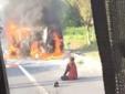 Chồng đẩy, cứu vợ khỏi xe ô tô rồi bị thiêu trụi bởi biển lửa