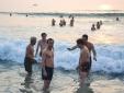 Lãnh đạo TP Đà Nẵng 'rủ nhau' tắm biển cùng du khách vào rạng sáng