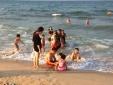 Biển Quảng Bình đông vui trở lại sau khi có kết luận an toàn