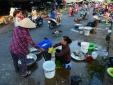 Chợ tự phát tràn lan, nhiều người ghé mua vì tiện
