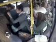 Clip: Gã 'yêu râu xanh' bị chị em phụ nữ đánh hội đồng trên xe buýt