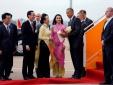 Cô gái xinh đẹp tặng hoa sen đón ông Obama ở sân bay Tân Sơn Nhất là ai?