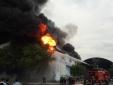 Công ty đệm ở Sài Gòn chìm trong biển lửa kinh hoàng, cột khói cao hàng km