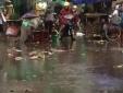 Nước mắt hòa nước mưa nhìn thi thể hài nhi 1 tháng tuổi tím tái giữa đường