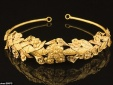 Phát hiện vòng hoa bằng vàng ròng 2.300 tuổi dưới... gầm giường