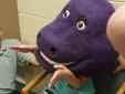 Giải cứu thiếu nữ bị mắc kẹt trong đầu khủng long nhồi bông