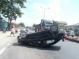 Nghệ An: Cố vượt xe tải, Vios 'phơi bụng' trên đường