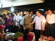 Thủ tướng 'vi hành' kiểm tra an toàn thực phẩm, ăn hoa quả ngay tại chợ